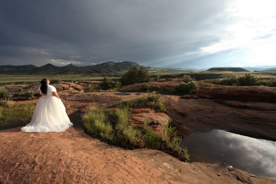 Aletta Kosakewich in wedding dress outside